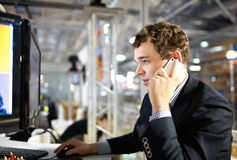 Lavorando e parlare sul telefono. Fotografie Stock Libere da Diritti