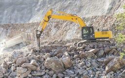 Lavorando in escavatore della costruzione pesante Fotografia Stock Libera da Diritti