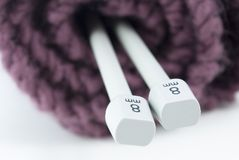 Lavorando a maglia ed aghi di lavoro a maglia Fotografia Stock Libera da Diritti