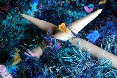 Lavorando a maglia negli azzurri Fotografie Stock Libere da Diritti