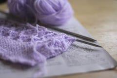 Lavorando a maglia sugli aghi fotografia stock