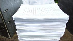 Lavorando nell'ufficio con il documento Immagini Stock Libere da Diritti