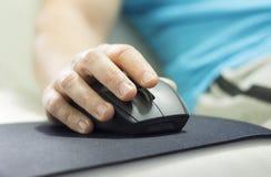 Lavorando online dalla casa Immagini Stock Libere da Diritti