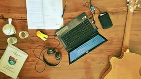 Lavorando, sulla mia tavola Immagini Stock