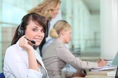 Lavorando in una call center Fotografia Stock