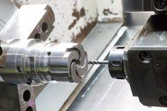 Lavorare dell'operatore pezzi meccanici della pressofusione Immagine Stock