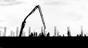 Lavorare di lavoro della siluetta alla costruzione Immagini Stock