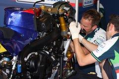 Lavorare meccanico a Suzuki GSX-R1000 Team Fixi Crescent Suzuki Superbike WSBK Fotografie Stock