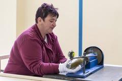 Lavoratore ad una catena di montaggio nella fabbrica della munizione Fotografie Stock Libere da Diritti