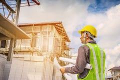Lavoratore asiatico dell'ingegnere di costruzione dell'uomo di affari Immagine Stock Libera da Diritti