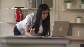 Lavoratore asiatico nell'agenzia di progettazione stock footage