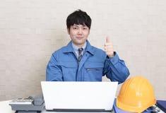 Lavoratore asiatico sorridente immagini stock