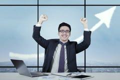 Lavoratore attraente con la freccia ascendente Fotografie Stock