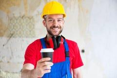 Lavoratore bello che prende una pausa caffè fotografia stock libera da diritti