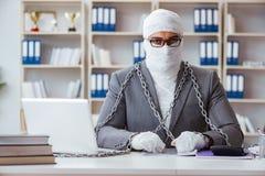 Lavoratore bendato dell'uomo d'affari che lavora nell'ufficio che fa paperwor fotografia stock libera da diritti