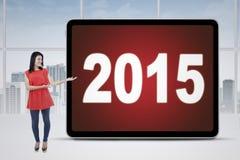 Lavoratore casuale con i numeri 2015 in ufficio Fotografie Stock