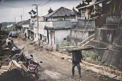 Lavoratore che cammina nel villaggio Fotografia Stock