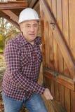 Lavoratore che controlla otturatore di legno immagini stock