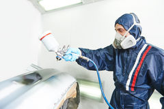 Lavoratore che dipinge il paraurti automatico dell'automobile Immagine Stock Libera da Diritti