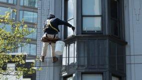 Lavoratore che dipinge rinnovamento all'aperto fotografie stock libere da diritti