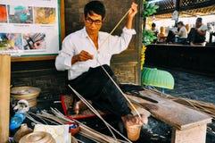 Lavoratore che fa una ciotola di bambù in Bagan fotografie stock libere da diritti