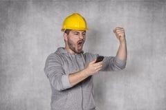 Lavoratore che grida nel telefono Immagini Stock Libere da Diritti