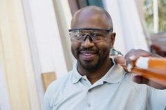 Lavoratore che indossa occhiali protettivi Immagine Stock Libera da Diritti