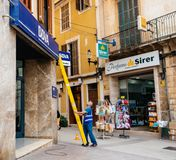 Lavoratore che installa la facciata della scala del BBVA spagnolo Fotografia Stock