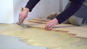 Lavoratore che installa parquet di legno video d archivio