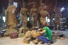 Lavoratore che lavora alla scultura di legno Fotografia Stock Libera da Diritti