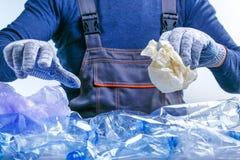 Lavoratore che ordina immondizia di plastica per riciclare Separazione di plastica trattata dei polimeri ecologia immagini stock