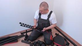 Lavoratore che per mezzo della compressa vicino alle componenti della macchina di esercizio stock footage