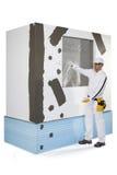 Lavoratore che presenta una struttura della finestra di rinforzo Fotografia Stock