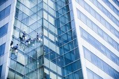 Lavoratore che pulisce alta torre Immagine Stock