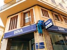 Lavoratore che pulisce la facciata del BBVA spagnolo Immagine Stock Libera da Diritti