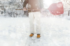 Lavoratore che rimuove neve sul cortile con la pala durante le precipitazioni nevose Immagine Stock Libera da Diritti