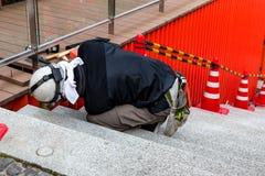 Lavoratore che ripara qualcosa con gli strumenti Fotografie Stock Libere da Diritti