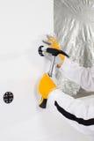 Lavoratore che ripara un perno Immagine Stock