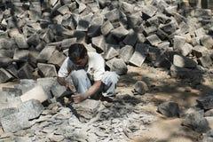 Lavoratore che rompe le pietre Mumbai, India Fotografia Stock