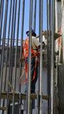 Lavoratore che rompe una parete Immagine Stock