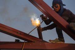 Lavoratore che salda l'acciaio per costruire il tetto Immagine Stock Libera da Diritti