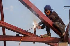 Lavoratore che salda l'acciaio per costruire il tetto Fotografie Stock Libere da Diritti
