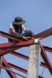 Lavoratore che salda l'acciaio per costruire il tetto Immagine Stock