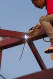 Lavoratore che salda l'acciaio per costruire il tetto Fotografia Stock Libera da Diritti
