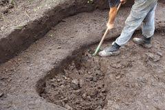 Lavoratore che scava un pozzo Fine in su immagini stock libere da diritti