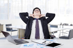 Lavoratore che si rilassa nella sua stanza dell'ufficio Fotografie Stock