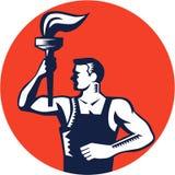 Lavoratore che sostiene l'intaglio in legno ardente del cerchio della torcia Immagini Stock