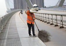 Lavoratore che spazza la via Immagine Stock