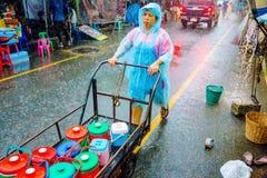 Lavoratore che spinge un carretto in Chatuchak Fotografia Stock