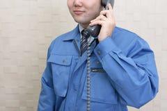 Lavoratore che tiene un microtelefono fotografie stock libere da diritti